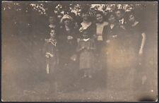 YZ1691 Familiari in posa tra la vegetazione - 1920 Fotografia d'epoca