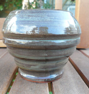 MARKED STUDIO POTTERY BOWL. 8 CM TALL. RIBBED WELL MARKED. VERY GOOD CONDITION