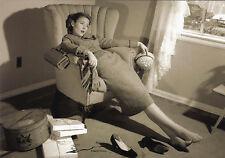 Kunstpostkarte -  Einkaufen strengt an! Müde Beine....All stressed up!