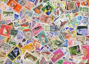 A4 Hingless Stamp Album with 144 strips + 525 Different World Stamps - £10.95