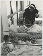 Italia, scuola materna cattolica Vintage silver print Tirage argentique  18x