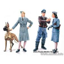 WOMEN AT WAR: GERMANY, LUFTWAFFE HELFERINNEN 4 FIG WITH DOG 1/35 MASTER BOX 3557