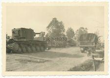 Foto russische KW-II Panzer auf einer Dorfstraße an der Ostfront Wehrmacht Beute