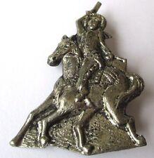 broche ancienne feuille métal repoussé couleur argent cheval personnage 218