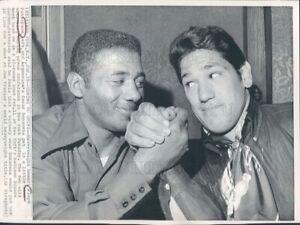 1972 Boxers Floyd Patterson & Oscar Bonavena Arm Wrestle & Smile Press Photo