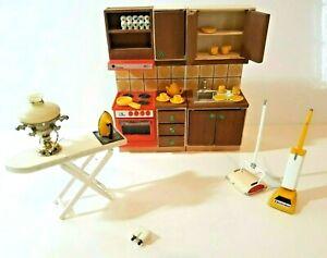 MEUBLES POUPEES LUNDBY CUISINE + VAISSELLE, FER ET TABLE A REPASSER, LAMPE ETC.