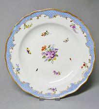 (G1076) Meissen Teller, Blumen und Insektenmalerei, Schuppenmuster, D = 23,5 cm