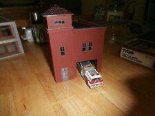 UNKNOWN MAKE HO SCALE  FIRE STATION WITH FIRE ENGINE