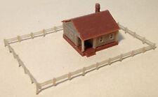 Outland Models Modelleisenbahn Gebäude Landhaus mit Fechten Spur Z 1:220
