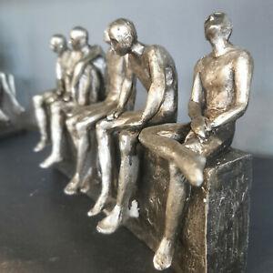 Design Deko Skulptur Männer auf der Mauer  Figur  Menschen Silber Statue Mann