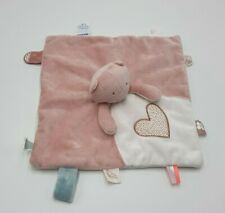 14 - DOUDOU CHAT OURS PLAT CARRE NOUKIES ROSE BLANC COEUR ATTACHE TETINE NEUF
