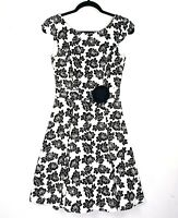 REVIEW Women's Size 6 White Black Rose Stencil Fit Flare Short Sleeve Dress