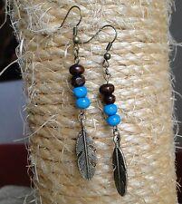 Boucle d'oreille plume bronze et perles de bois. Bijou fait main