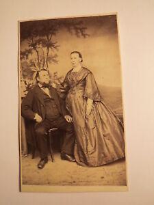 Coburg - Mann mit Bart & Frau im Reifrock - Kulisse - ca. 1860er Jahre / CDV