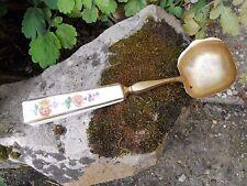 Ancienne louche à fruits , manche porcelaine de Paris décor fleurs , dorée
