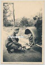 Foto Frankreich Soldat auf der Fahrt nach Dijon-Reparatur am Kfz (Q998)