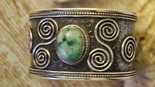 Handgefertigte Armbänder mit Edelsteinen im Armspange-Stil