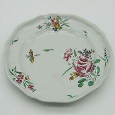 Sceaux. Assiette en faïence décor polychrome de fleurs, XVIIIe siècle