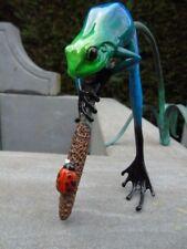 grenouille exotique et la coccinelle sur un roseau en bronze patiné , superbe !