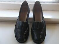 Clarks Women's Size 7M Black Leather Slip-on Shoes with Contrast Stitching, EUC