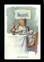 KARL FEIERTAG Mädchen füttert ihren Teddy alt