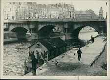 Paris, petite péniche sur la Seine Vintage silver print Tirage arg