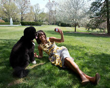 """FIRST LADY MICHELLE OBAMA WITH FAMILY DOG """"BO"""" - 8X10 PHOTO (CC-097)"""