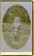 Portrait petite fille sur chaise dans un jardin photo CDV circa 1900