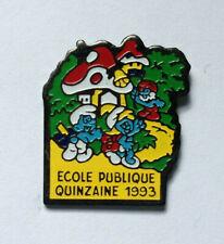 Pin's pin VILLAGE DES SCHTROUMPFS Signé  PEYO (ref 051)