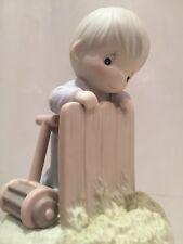 PRECIOUS MOMENTS, Porzellan-Figur, Junge mit Rasenmäher am Zaun, NEU und OVP