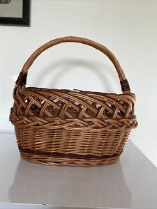 VINTAGE WICKER OVAL PICNIC BASKET WITH HANDLE