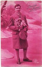 Carte postale ancienne - Homme en manteau sur fond rose