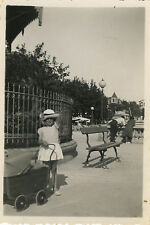 PHOTO ANCIENNE - VINTAGE SNAPSHOT - ENFANT FILLE JOUET LANDAU -GIRL PLAYING DOLL