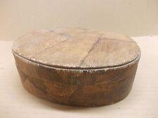Ancienne boite ovale en tissu imitation bois avec des boutons