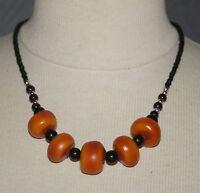 collier ras de cou Berbère perles en résine orangée et perles en verre