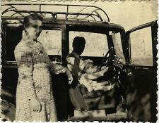 PHOTO ANCIENNE - VINTAGE SNAPSHOT - VOITURE AUTOMOBILE ENFANT VOLANT GAG DRÔLE
