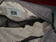 neceser marca Bvlgary bulgary gris mediano buena cavidad y varios compartimentos