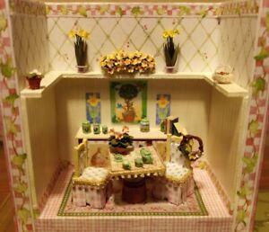 "Mary Engelbreit ""A Little Dab"" SPRING FLING Room Box Dollhouse Miniatures 1:48"