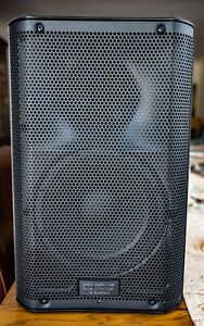 QSC K8 SPEAKER WITH CASE BOTH IN GOOD CONDITION