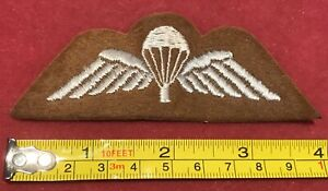 A British Army paratroopers tropical jump wing qualification badge         B15