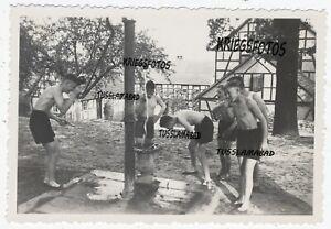 KInder Pimpfe bei der Morgendusche Brunnen Hof Jugend nackt spaß
