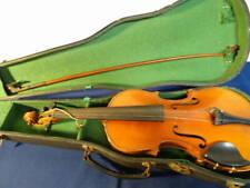 Opas alte Geige im Kasten vom Dachboden