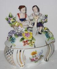 Porzellan Dose im Nostalgie Stil, Bonboniere, Liebespaar auf Gartenbank, 16cm