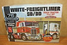 AMT WHITE-FREIGHTLINER SD/DD TRUCK TRACTOR 2 in 1 1/25 SCALE MODEL KIT