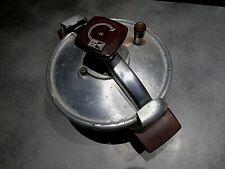 ancienne petite cocotte minute SEB alu 4,5 litres: à nettoyer sortie du placard