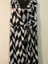 NEW WITHOUT TAGS DESIGNER QUEENSPARK SLEEVELESS HOUNDSTOOTH CHEVRON SHIFT DRESS