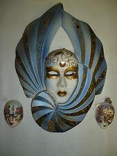 Un masque + deux petits style vénitien décoré de pierres, doré fond bleu