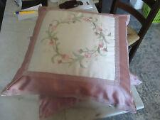 Lot de 2 très jolis coussins en mousse à broderie fine, enveloppe polyester