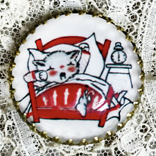 """CAT WAITING in Bed FOR SANTA Glass Dome BUTTON 1 1/4"""" Vintage CHRISTMAS CARD Art"""