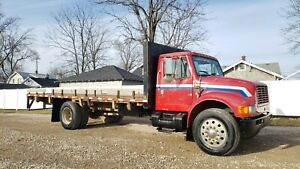 '98 IHC S4700 22' Flatbed UNDER CDL DT466 5 speed Manual trans ready to work!